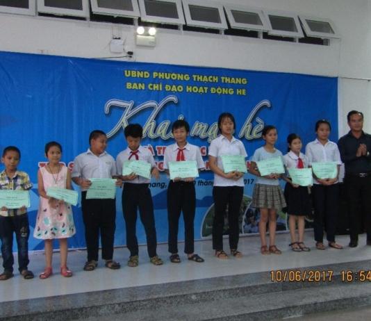 Hoạt động hè - Trao quà cho trẻ em nghèo tại Đà Nẵng